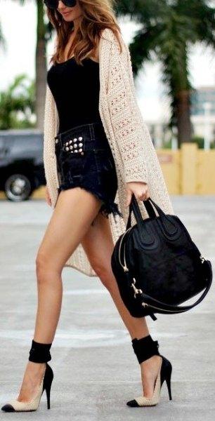 svart denim shorts väst topp vit virkad lång kofta