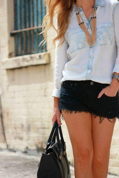 svart tröja med rund hals, blå jeansjacka