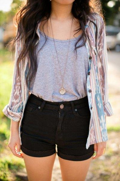 svarta shorts grå t-shirt rosa slipsskjorta