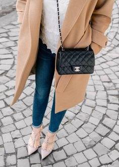Crepe lång yllekappa med en svart quiltad liten läderhandväska