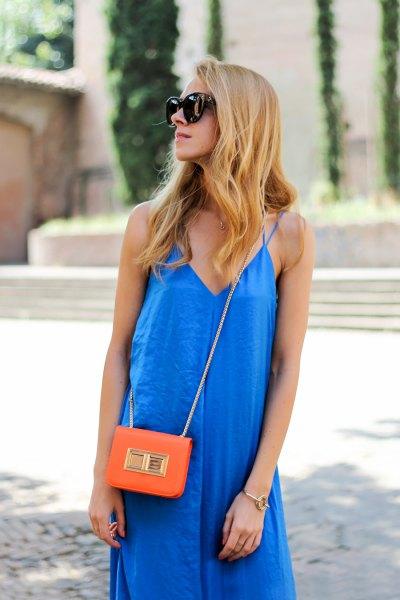 Kungsblå miniklänningsklänning med V-ringning och orange minihandväska