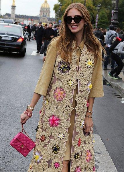 Blush en tre fjärdedel ärm skjortklänning med en spets maxi väst och en rosa liten läder handväska