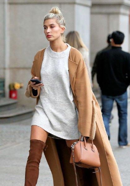 Camel longline jacka med en grå tröja klänning och en liten brun handväska