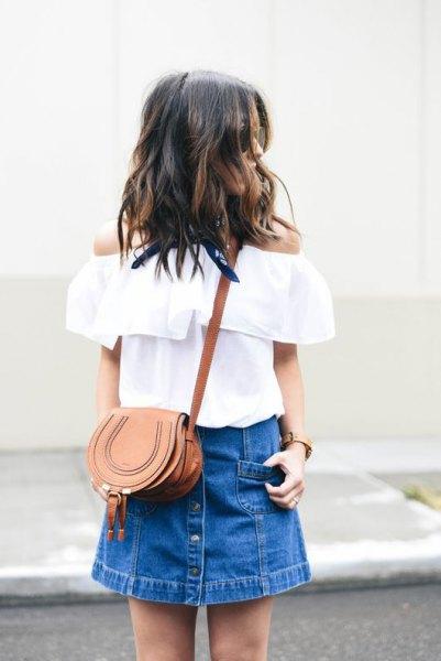 vit axelbandslös blus med blå minikjol