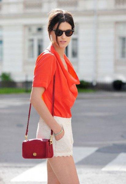 röd huvblus med brun läderhandväska