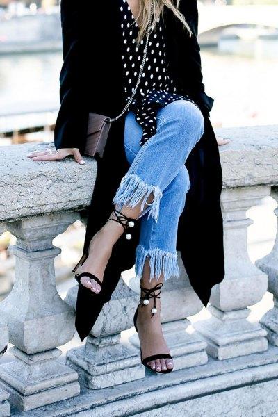 Svart och vit prickig skjorta med svart maxikofta och jeans