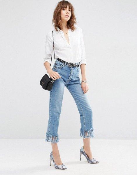 vit skjorta med knappar och korta jeans