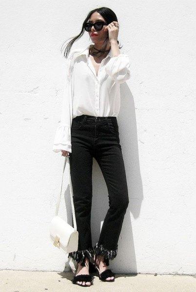 svarta jeans med kantad kant och vit skjorta med klockärmar