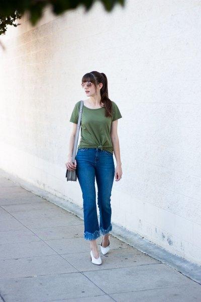 grön knuten t-shirt med utsvängda jeans med kantad fåll