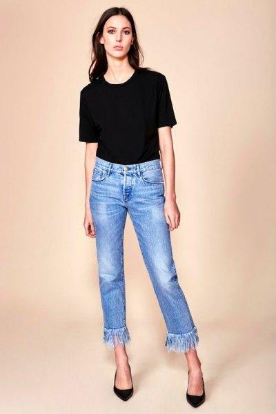 svart t-shirt med korta jeans med blå fransar