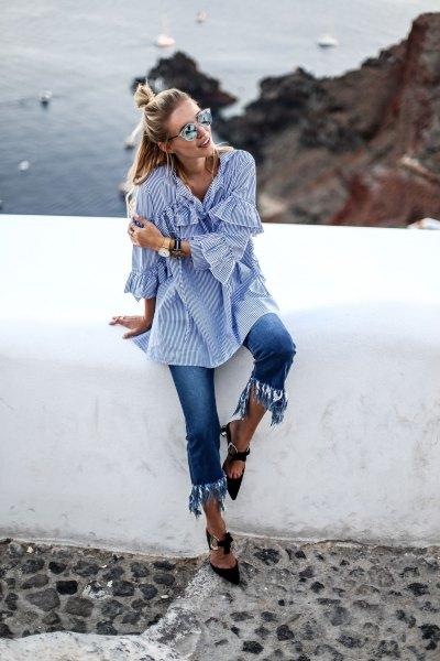Blå och vit randig klockarmad skjorta med förkortade fransade jeans