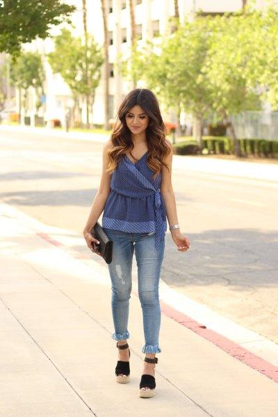 Blå peplumtopp i sammet med smala jeans med kantad fåll
