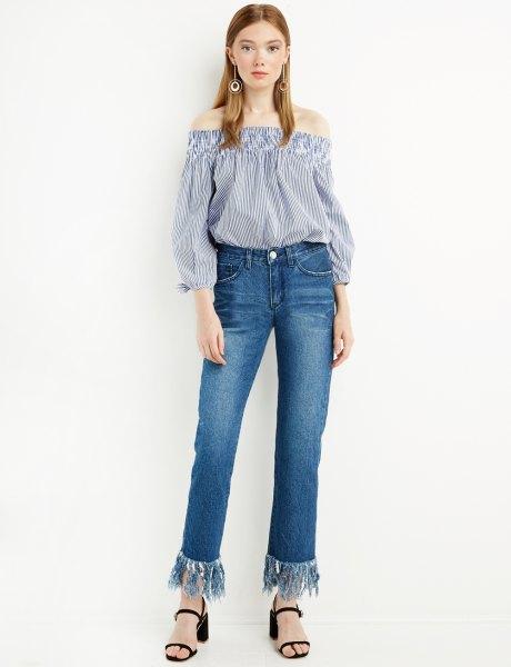 blå och vit randig axelblus med fransade jeans