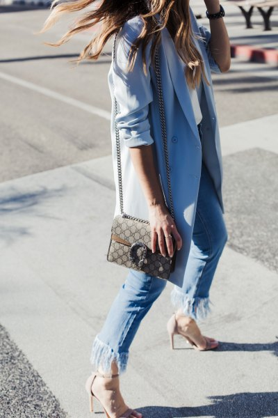 Himmelblå lång kavaj med fransade jeans