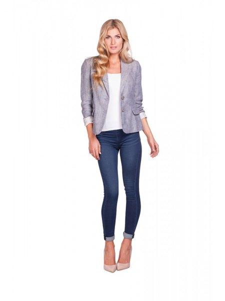 grå kavaj med vit topp och mörkblå skinny jeans med manschetter