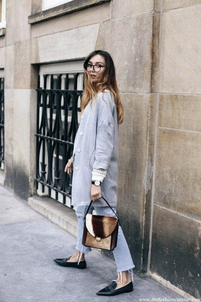 grå longline-kavaj med ljusblå jeans