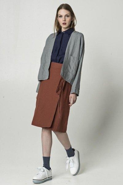 grå linnekavaj med svart skjorta och grön knälång wrap-kjol