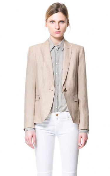 rodnad rosa linnejacka med vita skinny jeans