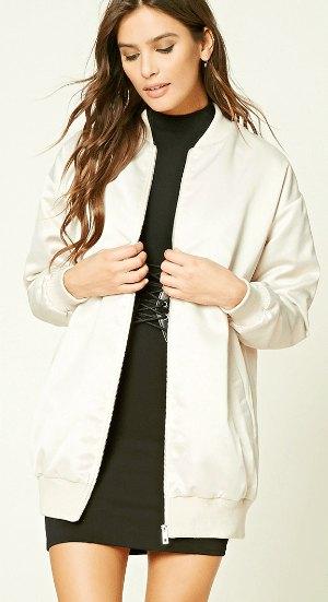 vit bomullsjacka med lång linje och svart miniklänning med ståkrage