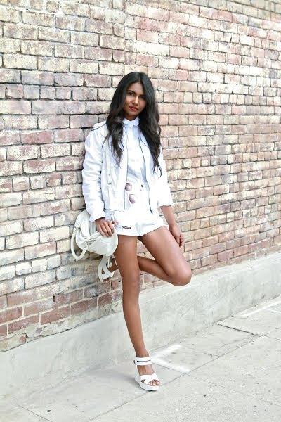 vit jacka med blus och mini-shorts