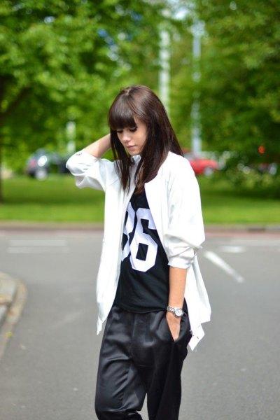 vit oversized jacka med svart tryckt t-shirt och vida byxor