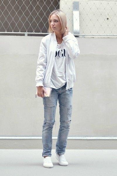 ren vit bomberjacka med tryckt t-shirt och blå raka jeans