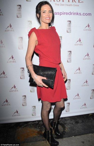 röd knälång slida klänning med svart läder handväska