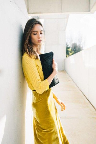 gul ribbad tröja med senap midiklänning och svart läderkoppling