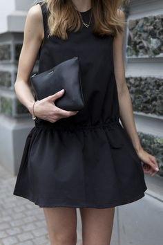 svart linne med minirater kjol och läderhandväska