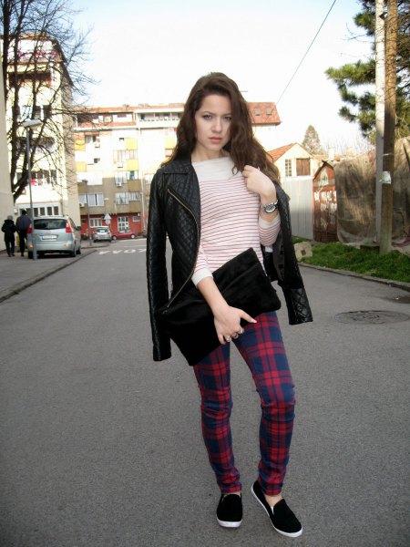 Läderjacka med mörkblå och röda rutiga byxor och en svart koppling