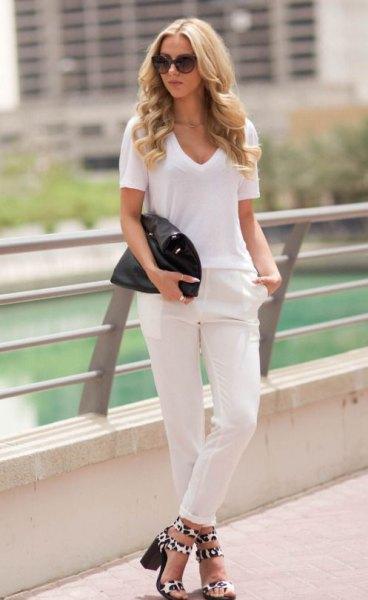 vit t-shirt med V-ringning, jeans med smal passform och muddar och leopardsandaler