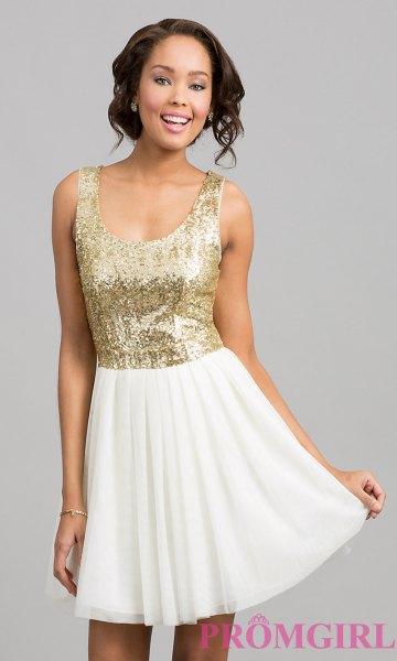 gyllene paljettopp med scoop-halsringning och vit minirater-kjol