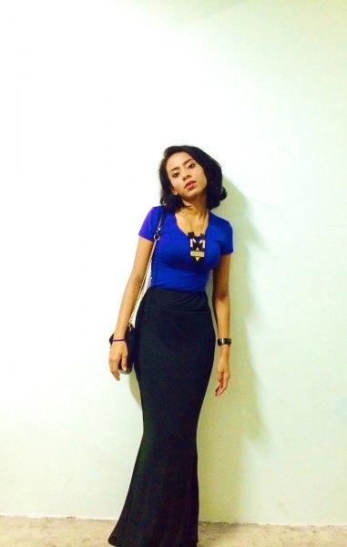 kungsblå t-shirt med svart maxi sjöjungfru kjol