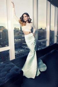 vit, långärmad, figurkramande topp med en silver maxi sjöjungfru kjol
