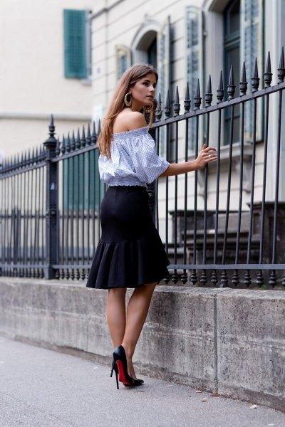himmelblå blus med halva ärmar och svart knälång kjol