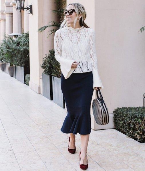 vit spets topp med bälte ärmar och svart midi sjöjungfru kjol