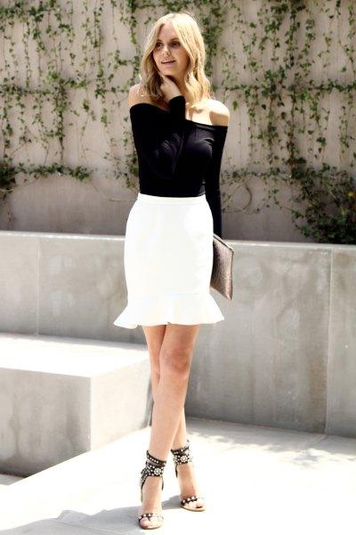 svart axelbandslös blus med vit mini-sjöjungfru kjol