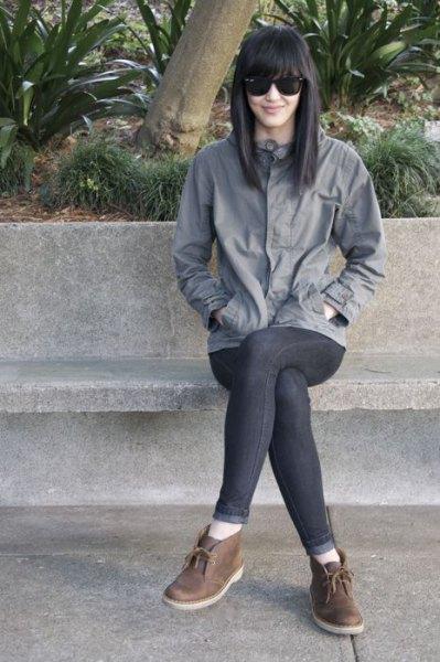 grå vindjacka skinny jeans chukka stövlar
