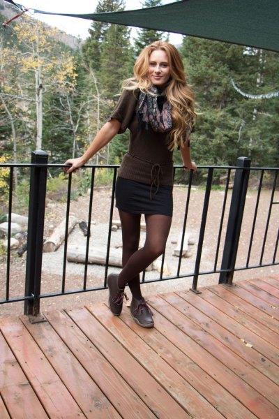 Mini kjol grå kortärmad stickad tröja chukka stövlar