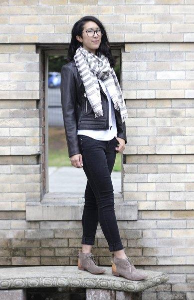 grå vit randig halsduk chukka stövlar läderjacka