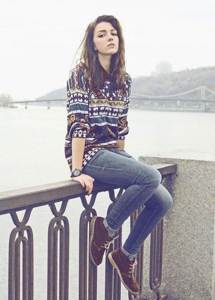 färgglada tröja jeans chukka stövlar