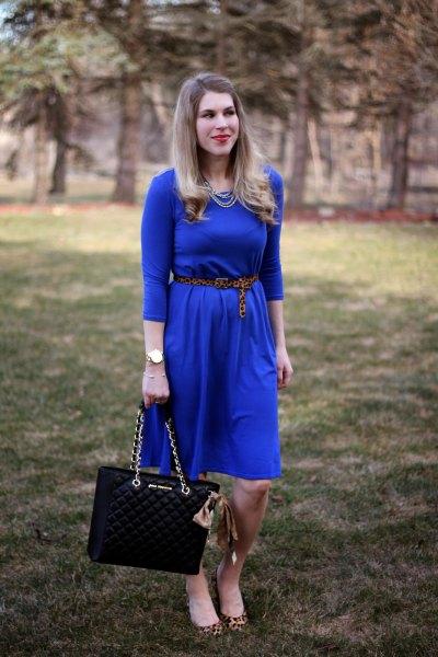Koboltblå midiklänning med trekvartärmar och bälte