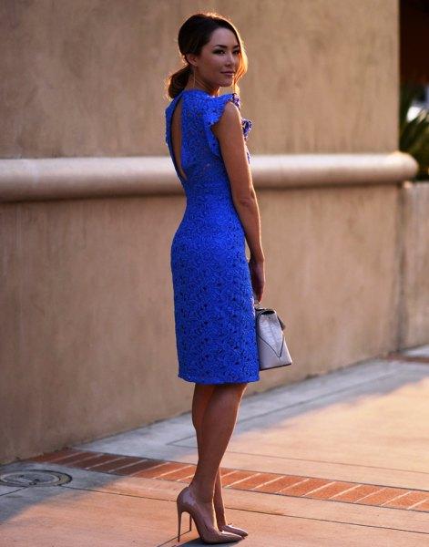blå knälång klänning i spetsmantel med nyckelhålsrygg