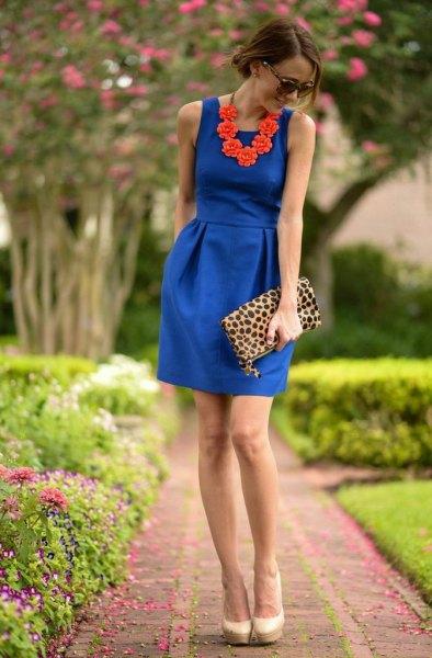 Ärmlös miniklänning i koboltblått med en samlad midja och koppling med leopardmönster