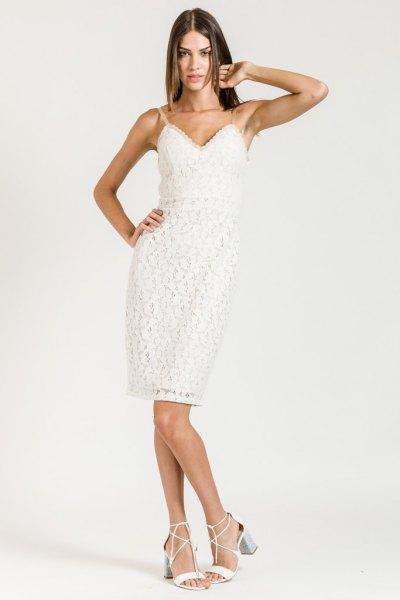 vit klänning med spaghettibandskift och älskling