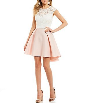 vit spetsklänning och utsvängd miniklänning med klackar med öppna tå