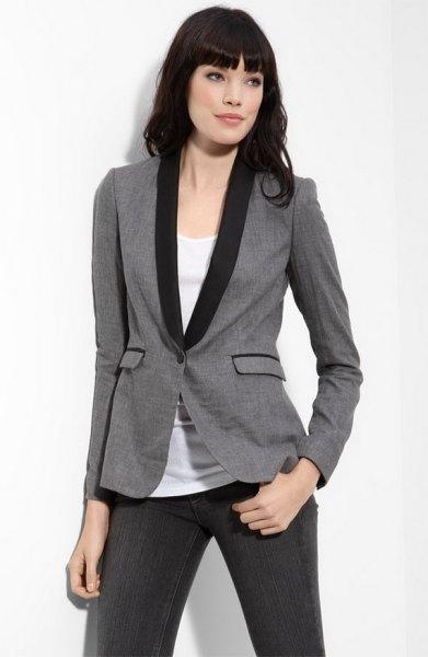 grå och svart smoking med vit linne