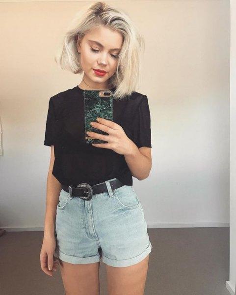 svart t-shirt med grå mini-jeansshorts med bälte