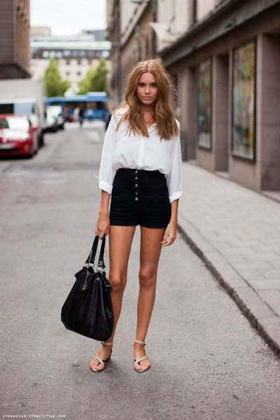 vit skjorta med knappar och svarta minishorts
