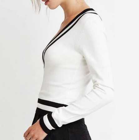 vit tröja med svart minirater kjol